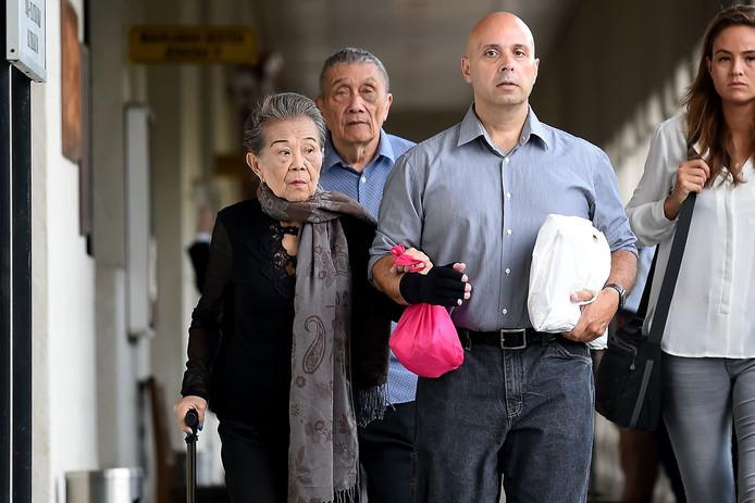 Ivana Smit's grootouders (l) en haar oom Fred Agenjo (m), vandaag bij hun aankomst in de rechtbank in Kuala Lumpur.
