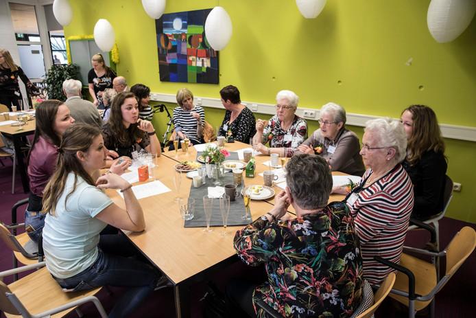 Studenten Zorg en Welzijn praten met ouderen tijdens de wekelijkse activiteitenochtend 'Lokaal Sociaal'op het ROC Ter AA aan het Nieuwveld in Helmond.