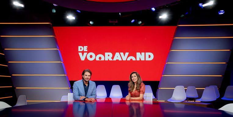 De nieuwe NPO 1-talkshow De Vooravond is maandagavond begonnen met publiek in de studio. Presentatoren Renze Klamer en Fidan Ekiz heetten de gasten bij de start van de show welkom. Beeld ANP