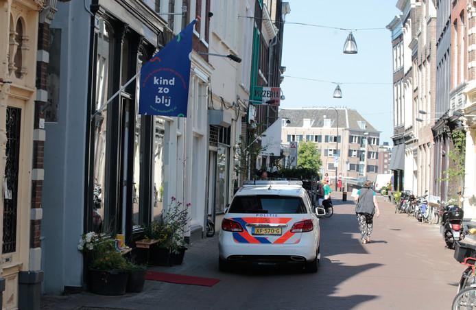 Sander N. bedreigde de eigenaresse van een kinderkledingwinkel met een vleesmes en nam geld uit de kassalade mee.