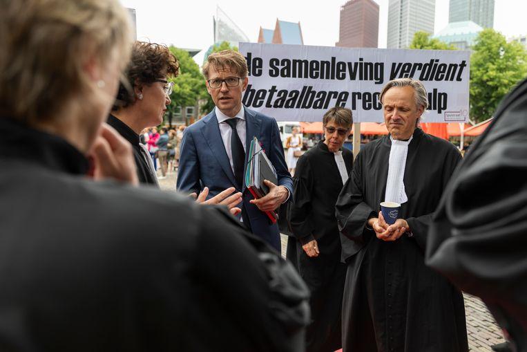 Minister Sander Dekker (met bril) in juni 2018 bij een protest van advocaten op het plein in Den Haag. Beeld null