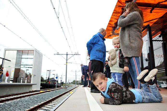 De stations van de Hoekse Lijn - zoals Steendijkpolder - moeten levendiger worden, stelt bureau De Zwarte Hond.