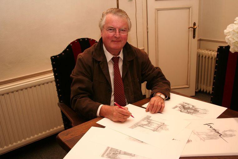 Freddy aan het werk aan tekeningen van de kerk en Mariadal