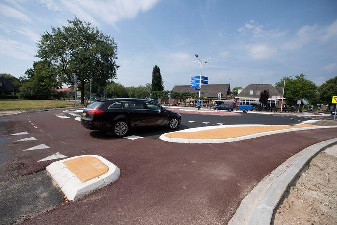 De nieuwe rotonde bij het Hammer café-restaurant Harwig moet het drukke kruispunt veiliger maken.