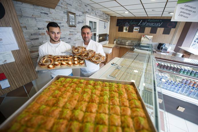 Ahmed Duran (rechts) en een van zijn medewerkers in bakkerij Anteplioglu
