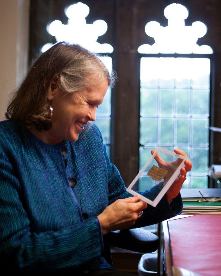 Professor Karen King toont het piepkleine document.