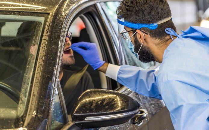 Een GGD-medewerker neemt een coronatest af.