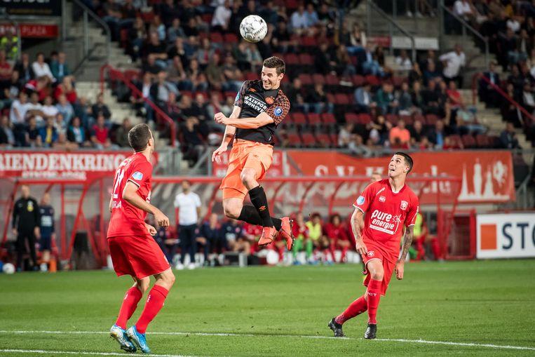 Nick Viergever kopt de bal namens PSV, dat 65 procent balbezit had. Beeld VI Images