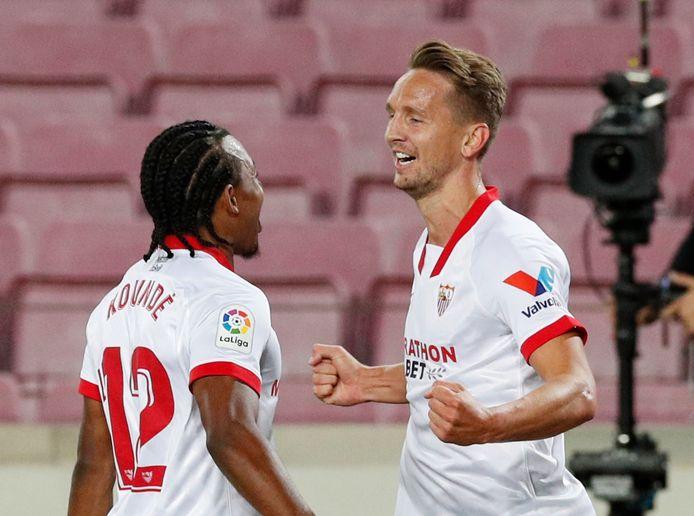 De Jong viert de opener met verdediger Koundé.