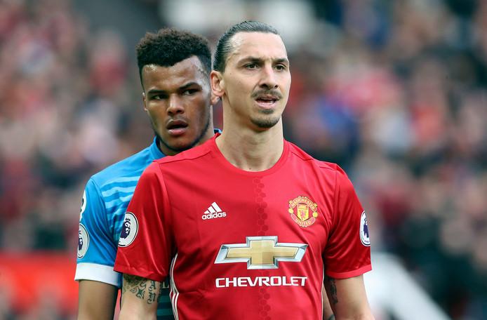 Tyrone Mings en Zlatan Ibrahimovic.