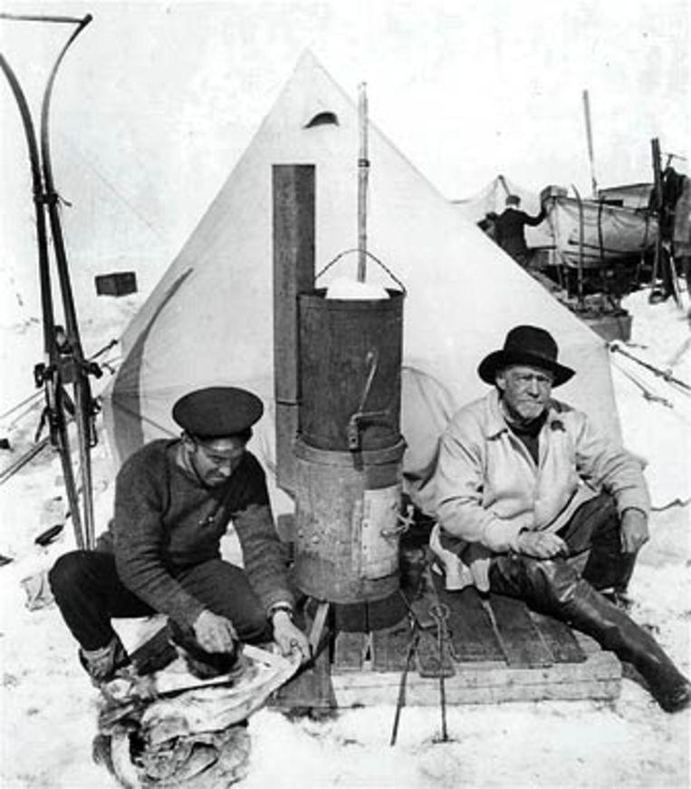 Sir Ernest Shackleton (rechts) tijdens de expeditie.