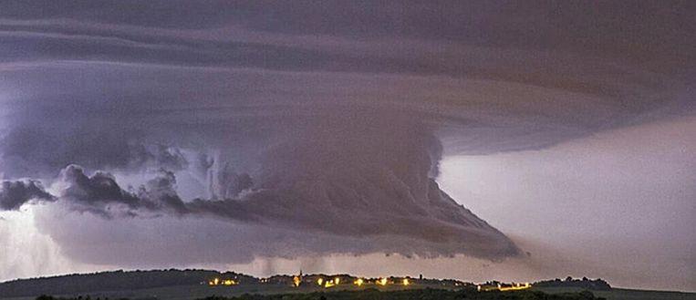 Een zware onweersbui in Oost-Vlaanderen, gisteravond Beeld Weerplaza/Bart de Bruyn