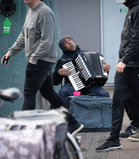 Straatmuzikant of bedelaar mag winkelstraat van Velp niet meer in