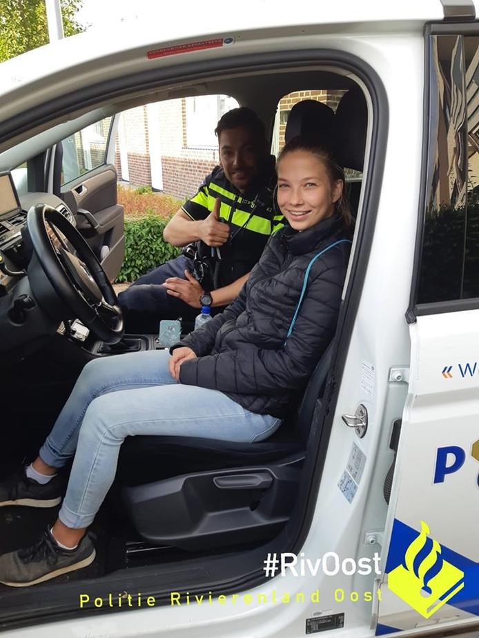 Zoë in de politieauto.