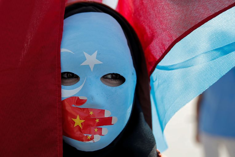 Archiefbeeld. Een gemaskerde Oeigoerse moslim tijdens een protest aan de Chinese ambassade in Turkije.