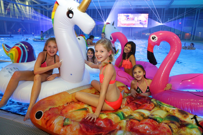 Kinderen kijken in het Alphense zwembad Aquarijn een film, vanaf opblaasfiguren. Burgemeester en wethouders van Alphen komen binnenkort met een plan voor de toekomstige exploitatie van zwembaden Aquarijn en De Hoorn.