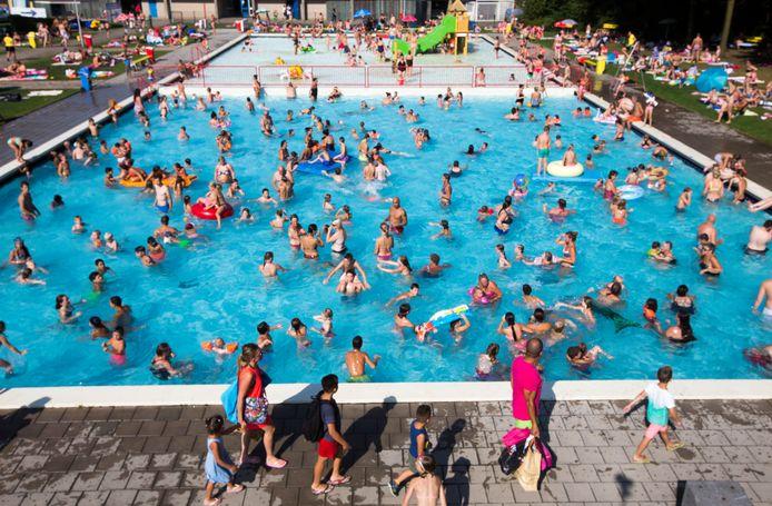 Uit onderzoek blijkt een zwembad gemiddeld 75 liter urine te bevatten.