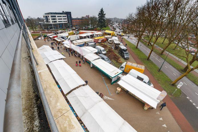 De weekmarkt van Zevenbergen is inmiddels verplaatst naar het plein voor het gemeentehuis.