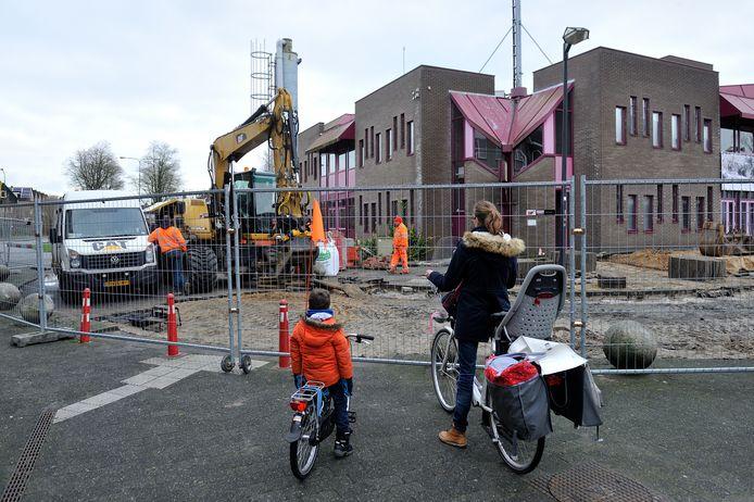 De sloop van het oude gemeentehuis is al begonnen.