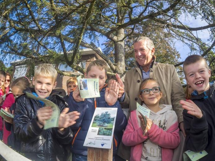 Wethouder Jack Begijn onthulde het eerste bordje met kinderen van groep 7 van basisschool De Vlaswiek.