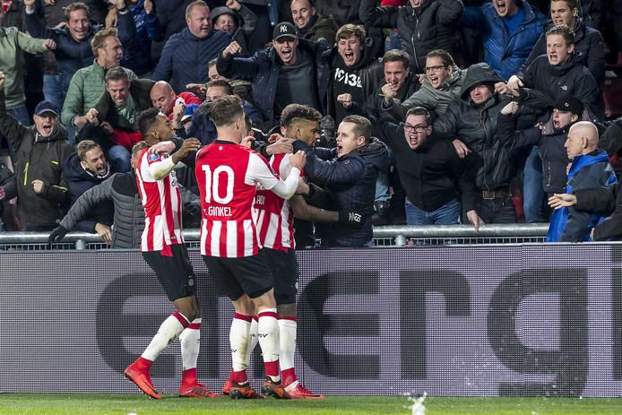 Jürgen Locadia viert de 1-0 van PSV met de fans van PSV.