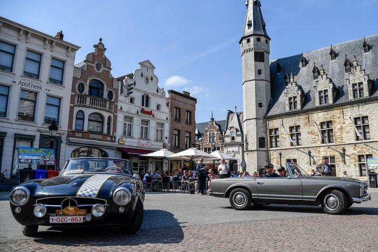 De bezoekers konden de oldtimers op de Grote Markt volop bewonderen.