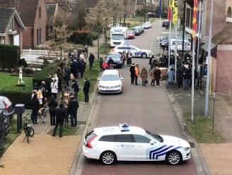 """Trouwceremonie van agent aan gemeentehuis zet kwaad bloed: """"Politie stond erbij en keek er naar"""""""