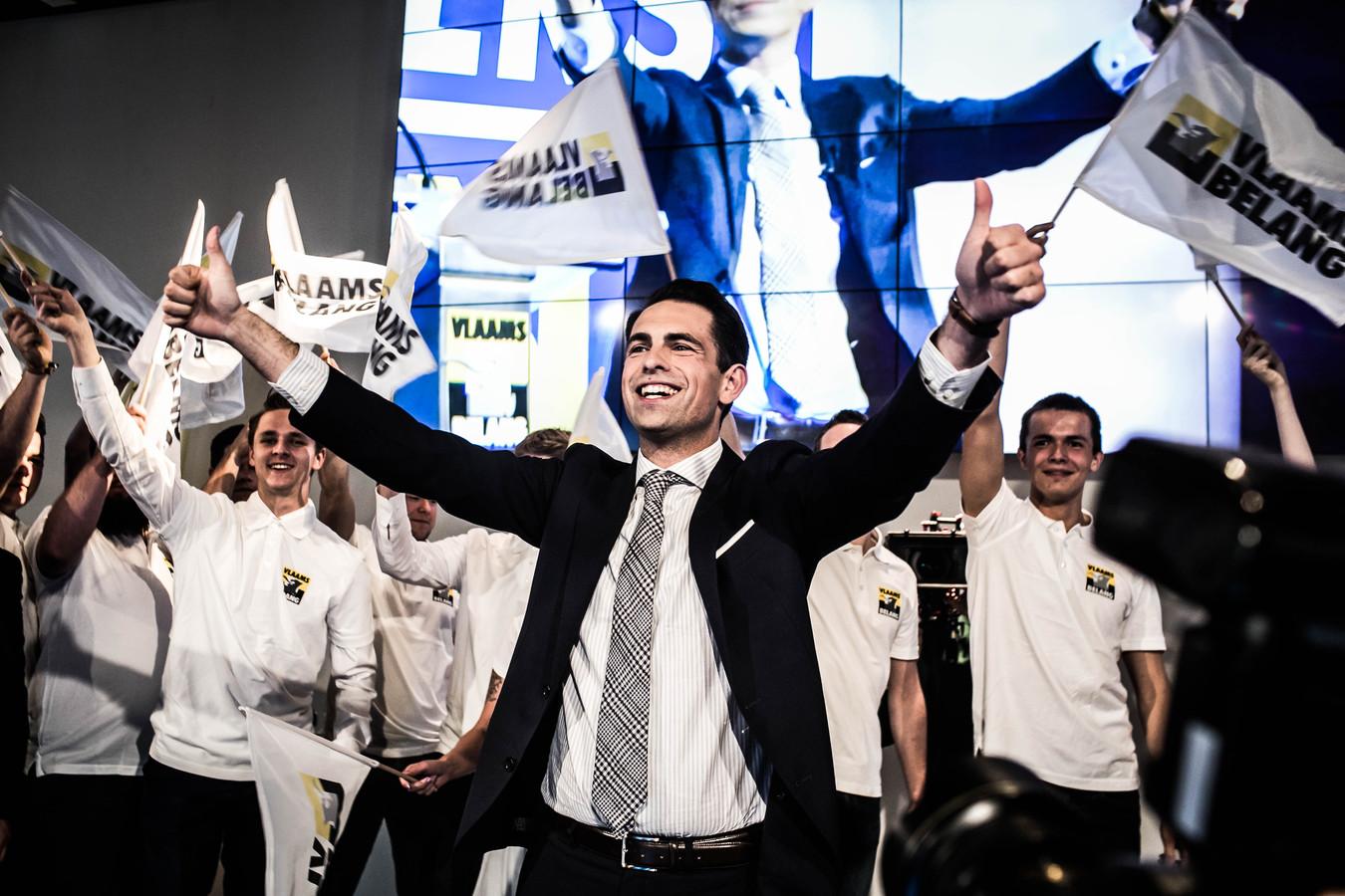 Tom Van Grieken viert de overwinning van zijn partij.