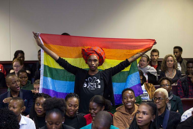 Een activist houdt de regenboogvlag in het hooggerechtshog van Botswana.  Beeld AFP