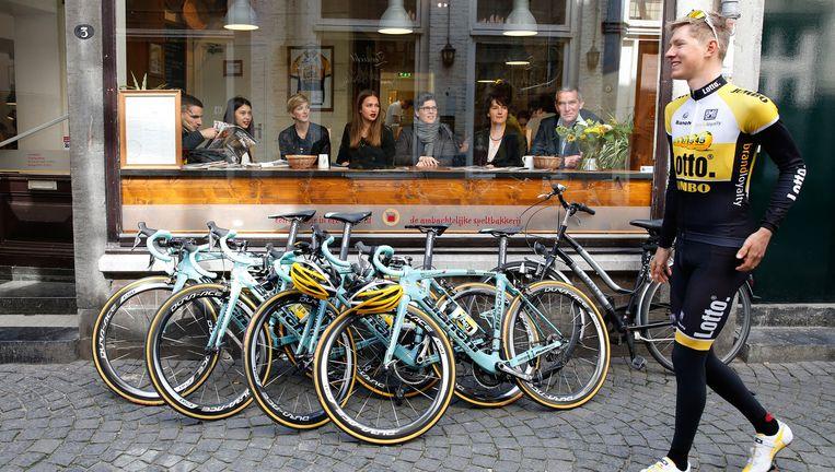 Wilco Kelderman arriveert op 4 maart 2015 bij bakkerij de Bisschopsmolen in Maastricht om een stukje vlaai te gaan eten. Zijn ploeg verkent dan de Amstel Gold Race. Beeld anp