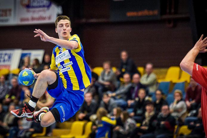 Dario Polman van waagt een doelpoging namens Bevo.