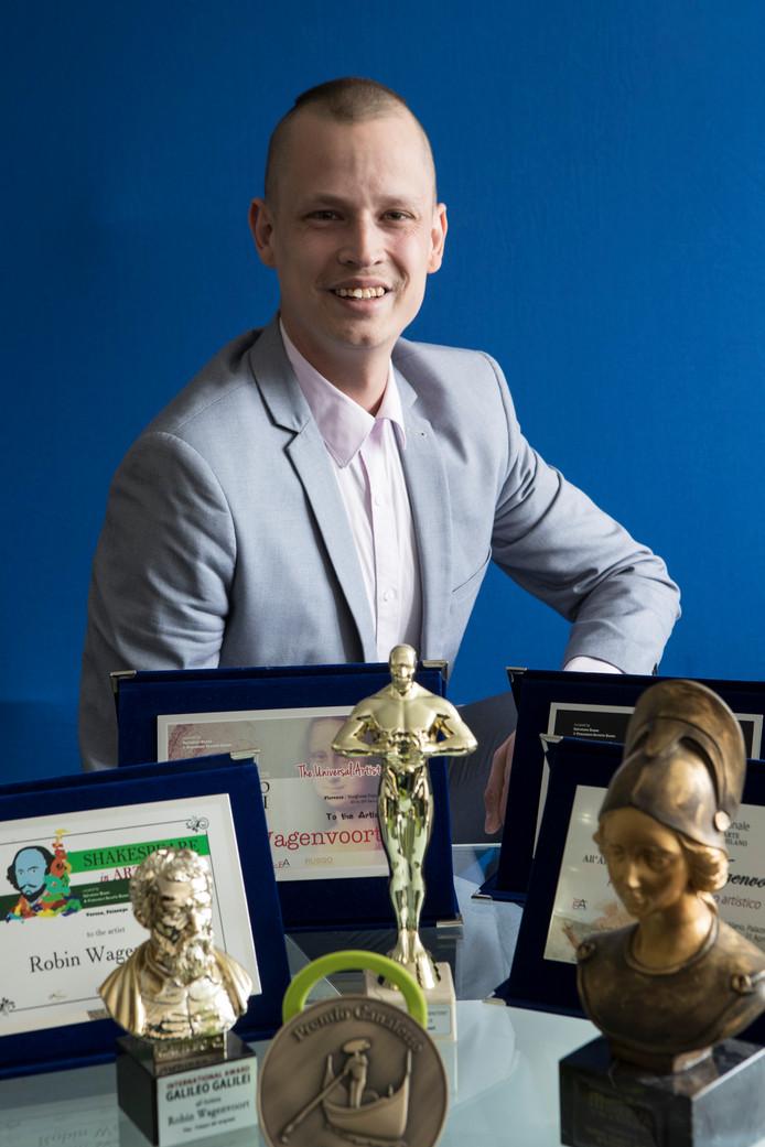 Robin Wagenvoort won internationale prijzen met 'face art'. Het lijkt hem moeilijk er zijn geld mee te verdienen. ,,Dan komt er druk op te staan.''