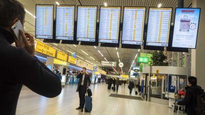 Schiphol ontruimd: politie schiet man met mes neer