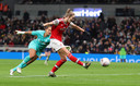 Vivianne Miedema schiet de 0-2 binnen namens Arsenal tegen Tottenham Hotspur.