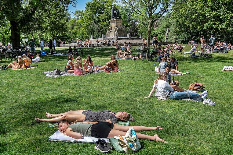 Een drukke dag in het Vondelpark, waar iedereen alsnog op veilige afstand van elkaar probeert te blijven. Beeld Guus Dubbelman / de Volkskrant