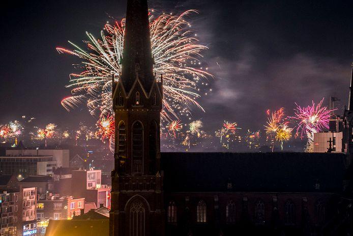 Vuurwerk achter de Heuvelkerk in Tilburg.