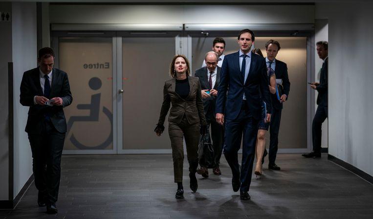 Ministers Wopke Hoekstra van Financiën en Cora van Nieuwenhuizen van Infrastructuur en Waterstaat voor aanvang van de persconferentie. Beeld