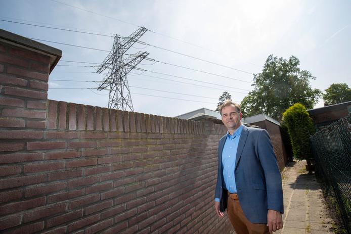 Woordvoerder Michael Melssen van het platform Hoogspanning bij de hoogspanningslijnen die over Veenendaal heen lopen.