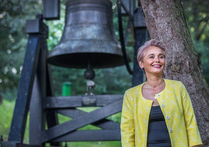 Hélène Oppatja bij de klok van het Indisch monument, waar komende zaterdag de herdenking van 15 augustus plaatsheeft.