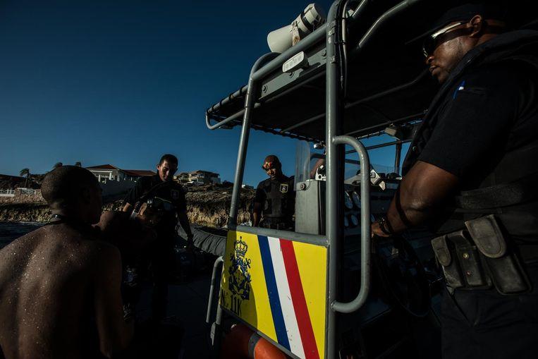 De kustwacht ondervraagt een illegale migrant. Beeld Meridith Kohut, The New York Times