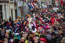 Rijen dik stonden kinderen en hun (groot)ouders in de Oudestraat om de Sint te verwelkomen.