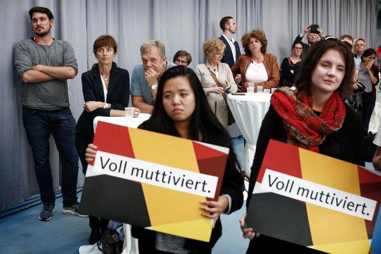 Aanhangers van 'Mutti' Merkel betuigen in Schwerin hun 'mutti-vatie'. Beeld null