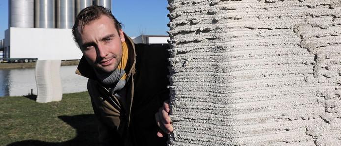 Ossenaar Berry Hendriks met een driedimensionaal muurtje dat uit de 3D-printer komt.