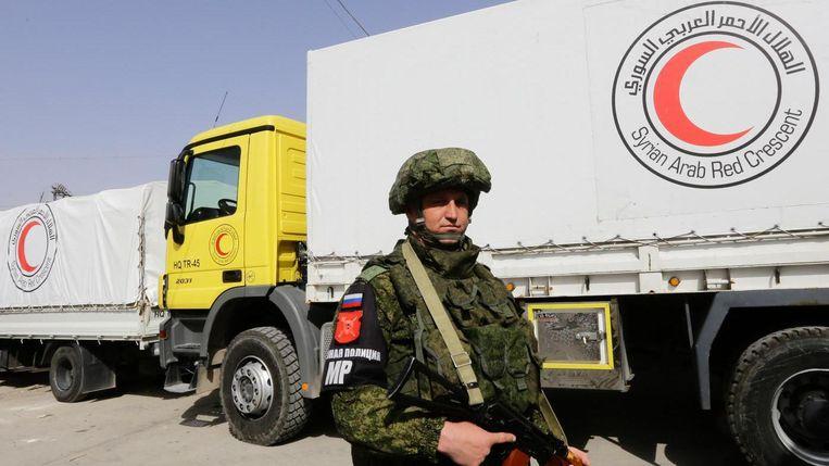 Een Russische soldaat voor de Syrian Arab Red Crescent. Beeld AFP