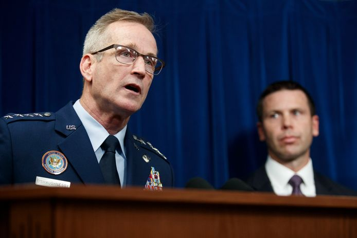 Generaal Terrence O'Shaughnessy (links) en  douane-topman Kevin McAleenan lichten het besluit toe.