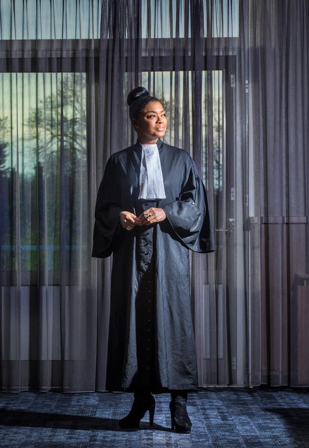 Natacha Harlequin: ,,Als je beëdigd wordt als advocaat krijg je een toga, ze zouden er een donkere haarspoeling bij moeten geven. Grijze haren krijg je van dit vak.''