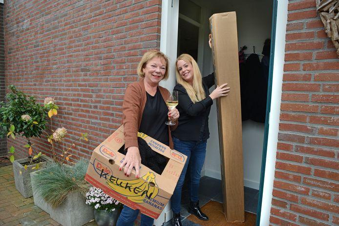 Xandra Janssen krijgt hulp van haar dochter Suzanne bij de verhuizing. Haar man ligt in het ziekenhuis na een val van een ladder.