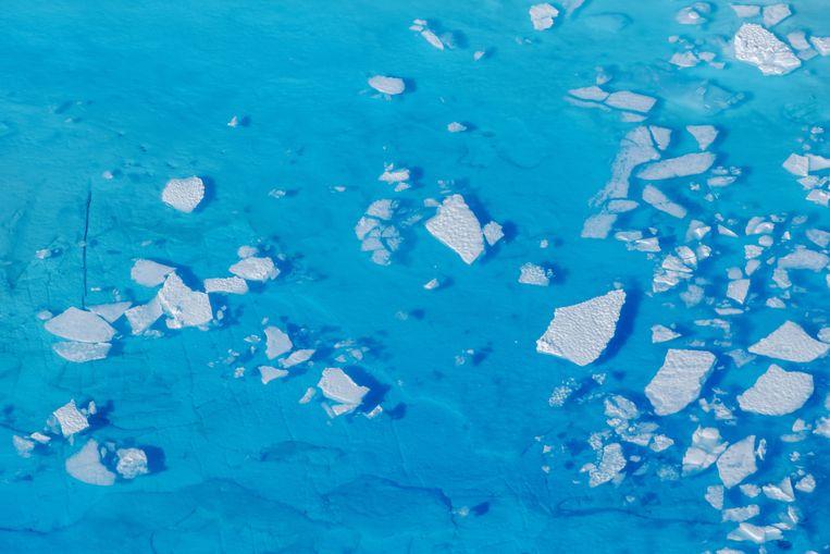 IJs drijft op een plas smeltwater op de Helheimgletsjer op Groenland. Beeld Reuters