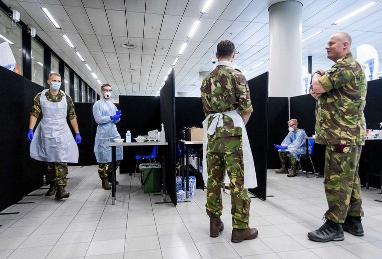 Het leger helpt bij het afnemen van coronatesten op Schiphol. Beeld EPA