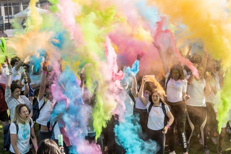 Kleurpoeder in overvloed tijdens de eerste Colorfitrun.